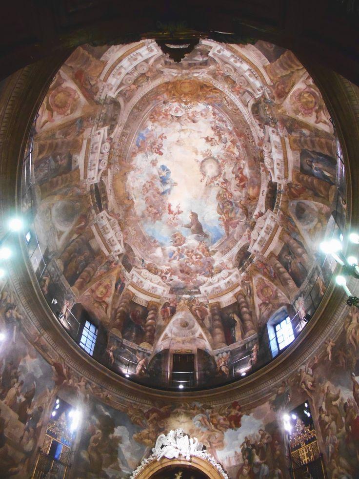 Un bóveda, un tambor y unos muros pintados al fresco, casi únicos en España