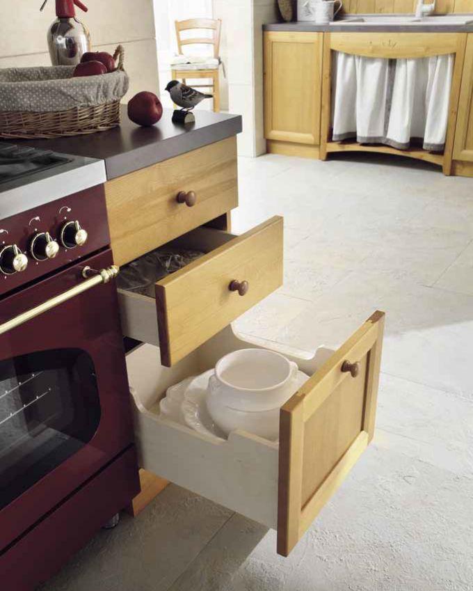 Cucina in pino, particolare base cassettiera. Produzione e vendita cucine in pino personalizzabili. #accessori #cucine #progettazione #mobili www.demarmobili.it