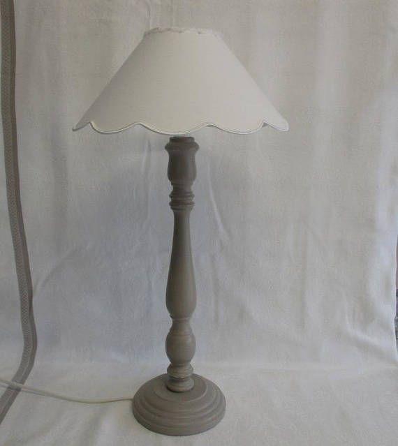 GRANDE LAMPE GRIS taupe  Abat-jour à festons blanc