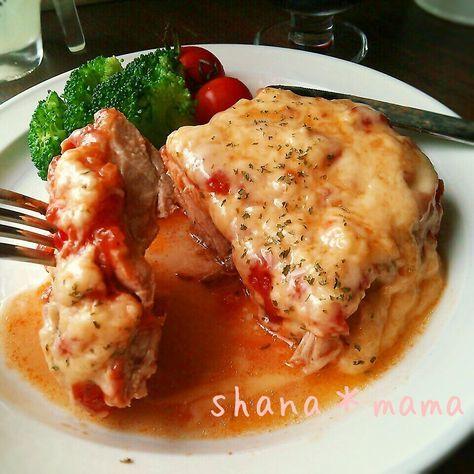 今日の夕御飯~♪ レンジであっという間に出来ちゃうトマトソースとパリッパリジューシーなガーリックチキンソテーの融合(*´艸`)♪ 仕上げにとろけるチーズをたっぷりと♪ 美味しくない訳ないじゃない♪♪♪ レンジでソースを作っている間にチキンを焼くのでたったの15分で出来ちゃいますよ~(*^^*)♪ イタリアンチキンソテー♪(2~4人前) 鶏もも肉 2枚 塩コショウ 少々 にんにく 1かけ オリーブオイル ピザ用チーズ たっぷり (トマトソース) 玉ねぎ 1/2個 にんにく 1かけ オリーブオイル 大さじ3 トマト缶 1缶(400グラム) ◎コンソメキューブ 2個(砕いておく) ◎ウスターソース 大さじ1 ◎ケチャップ 大さじ1 ◎塩コショウ 少々 トマトソースを作る♪ 玉ねぎとにんにくはみじん切り、耐熱ボールに入れオリーブオイルも加えざっと混ぜたらラップをして600Wのレンジで4分チン♪ トマト缶を加えざっと混ぜたらラップをしないで6分チン♪ ◎の材料を加えざっと混ぜたら最後に2分チン♪出来上がり♪ 鶏ももはフォークでぶすぶすさして塩コシ...
