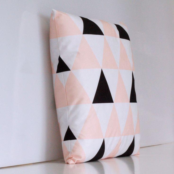 Trójkąt czarny, trójkąt szary i trójkąt beżowy. Ta poduszka połączenie tego co najlepsze w stylu skandynawskim. Pastelowe girlandy będą świetnie się prezentowały na Twojej sofie, fotelu, a nawet na wielkim łóżku!  Do kupienia tutaj: http://www.vinnst.pl/pr6352-poduszka-skandynawskie-trio-642.html