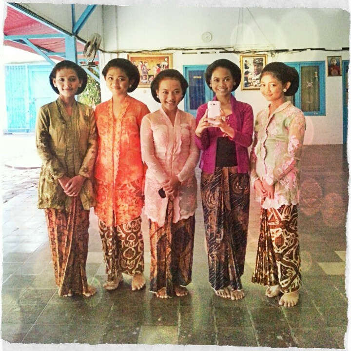 Solonese girls in Solonese Kebaya
