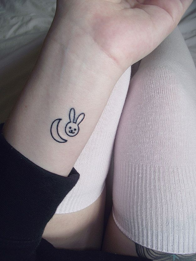 tatouage lapin et lune poignet
