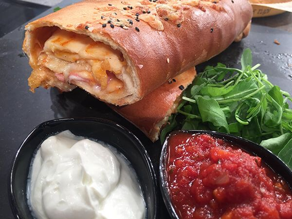 Stromboli  (τυλιχτή γεμιστή πίτσα)