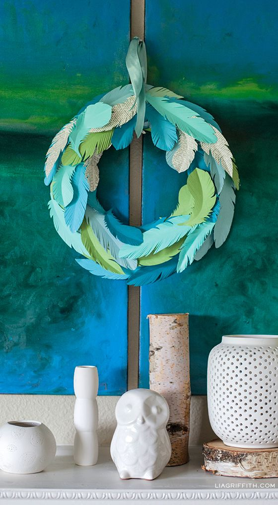 Making a Wreath from Paper Feathers - DIY wreath project for all seasons #diywreath #craft #wreath