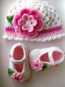 HAND KNITTED/ CROCHETED BABY BOOTIES/ SHOES & HAT SET TO FIT 3-6 MONTH GIRL