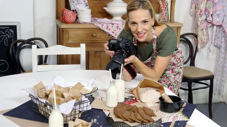 Septiembre llega con varias novedades en el canal de televisión culinario Canal Cocina, y cómo no, vamos a ver alguna de estas novedades para que no se os escapen si consideráis que es un programa que os puede ayudar a seguir aprendiendo e inspirar para elaborar nuevas recetas para los vuestros. Hoy hablamos de la Repostería con Virginia Sar.Virginia es autodidacta, esta argentina se ha dado a conocer a través de su blog Divino Macaron, creado por su pasión por la fotografía de alimentos...