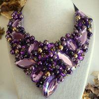 Deep Purple - Colier statement handmade, confecționat folosind multe perle, cristale multicolore de diferite forme, dimensiuni și culori. O alegere excelentă pentru o femeie încrezătoare! Acest colier se poartă cu stil, atitudine si ținută tematică. Comenzi pe www.boemo.ro