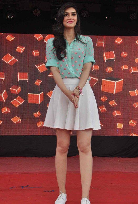 Kriti Sanon Looks Simply Lovely At Umang Festival 2015