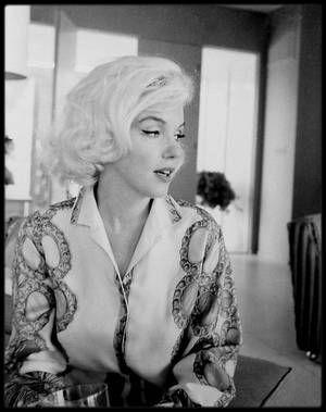 """30 Juin 1962 / Marilyn est photographiée par George BARRIS pour le magazine """"Cosmopolitan"""", chez Walter 'Tim' LEIMERT, un magnat de l'immobilier, ami du photographe, dont la villa se trouve au 1506 Blue Jay Way située dans les collines au Nord d'Hollywood. Série """"Blouse PUCCI""""."""