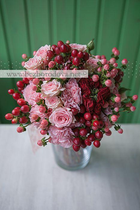 Подарочный букет из кустовых розовых роз с красными и персиковыми ягодами