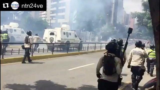 #REPOST @liliantintori #DENUNCIO que la dictadura de Maduro reprime de nuevo brutalmente con las fuerzas del Estado a personas inocentes que protestan en paz.  #Repost @ntn24ve (@get_repost) ・・・ #22Jun Opositores son reprimidos en Chacaíto por la Policía Nacional para evitar que marchen hacia la Fiscalía General.