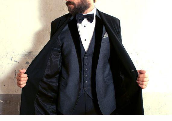 Like a Family Portrait Cappotto PAOLO PECORA, giacca, gilet e pantaloni BRIAN DALES, camicia MAURO GRIFONI, bretelle RIONE FONTANA, pochette e calzini ETRO, scarpe MIGLIORE