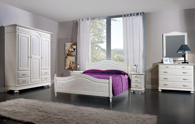 WWW.MOBILIFICIOMAIERON.IT - https://www.facebook.com/pages/Arredamenti-Rustici-in-Legno-Maieron/733272606694264 - 0433775330. Camera da letto completa in legno massello di abete spazzolato colore bianco. Tutto in legno massello di prima qualità. Composizione composta da: Armadio 3 porte 4 cassetti, letto matrimoniale, comò 5 cassetti2 comodini e Specchiera Tutto a Euro 2871.00 PREZZI IVA COMPRESA E TRASPORTO ESCLUSO. Spedizioni in tutta italia con la massima serietà.  Altre finiture…