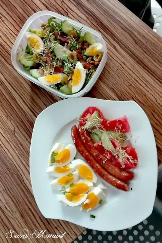 Śniadanie ( frankfurterki, wiejskie jajo i warzywami) plus lunch box do pracy ( rukola, szpinak, oliwki, ogórki, kiełki, szczypior,...