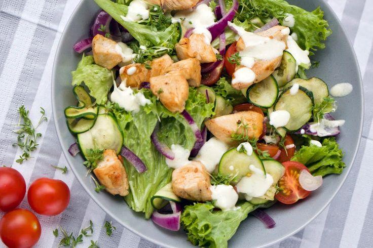 Heute kommt bei mir ein köstlicher Frühlingssalat auf den Teller. Der schmeckt super lecker, ist schnell gemacht und macht richtig satt.
