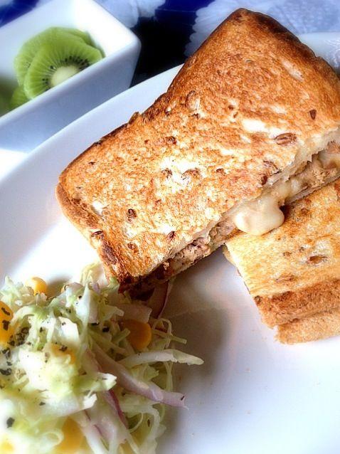 aiko's dish photo ツナホットサンド コールスロー   http://snapdish.co #SnapDish #サンドイッチ #サラダ #フルーツ #朝ご飯 #キウイの日(9月1日)
