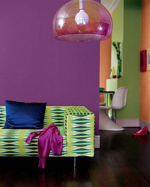 La couleur prune profonde rapproche le mur du salon tandis - Couleur prune et vert anis ...
