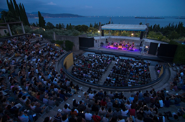 Концерты под открытым небом в Театре Витториале (Buena Vista Social Club, 2012 г.). В качестве декораций - ночное озеро Гарда!
