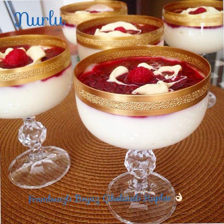 NURLUMUTFAKTA !!!: BEYAZ ÇİKOLATALI FRAMBUAZLI KUPLAR-MALZEMELER 1kg.süt 2 yemek kaşığı silme un 1,5 yemek kaşığı tepeleme nişasta 1 su bardağından biraz eksik şeker 125 gr.margarin 1 paket beyaz çikolata 1 paket vanilya SOSU 500 gr.frambuaz 1 yemek kaşığı nişasta(silme) 3 yemek kaşığı şeker 3 yemek kaşığı su ÜZERİ İÇİN eritilmiş veya rendelenmiş beyaz çikolata tüm frambuaz