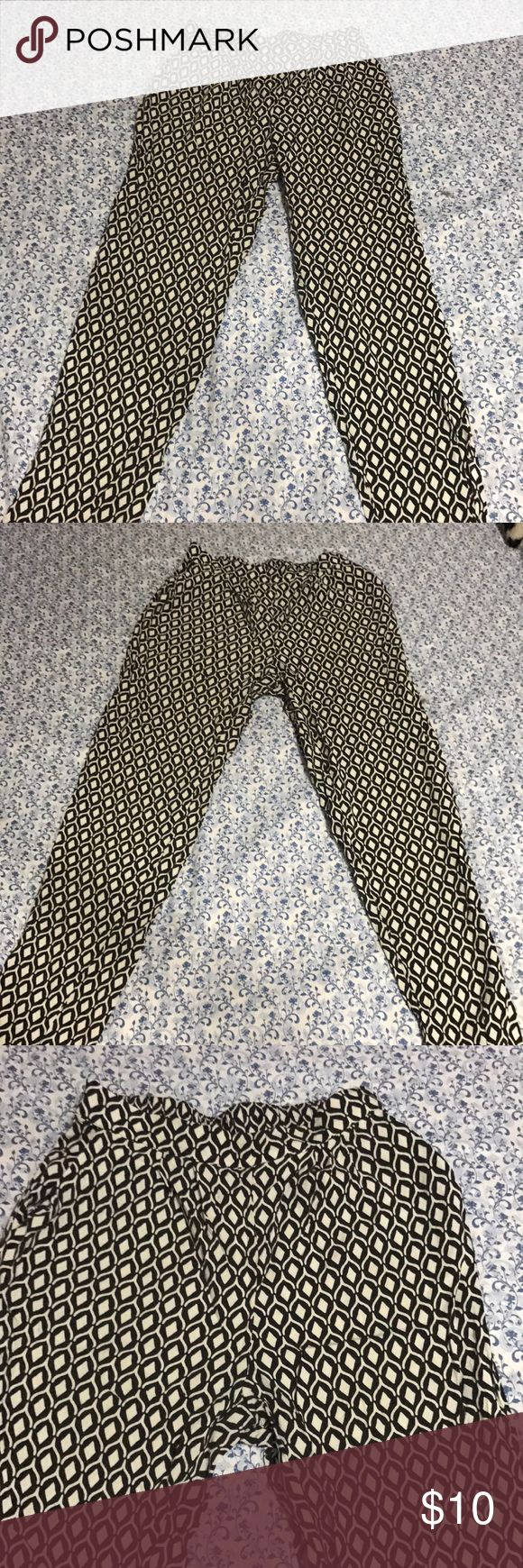 Women's Trousers Casual pants in black and white trendy pattern. Comes with pockets in pants, the fabric is very soft and light- perfect for those breezy evenings! #womensfashion#beautifulpants#trendy#pants#trousers#poshmark#loveandlust#perfectattire#professional#fashion H&M Pants Straight Leg