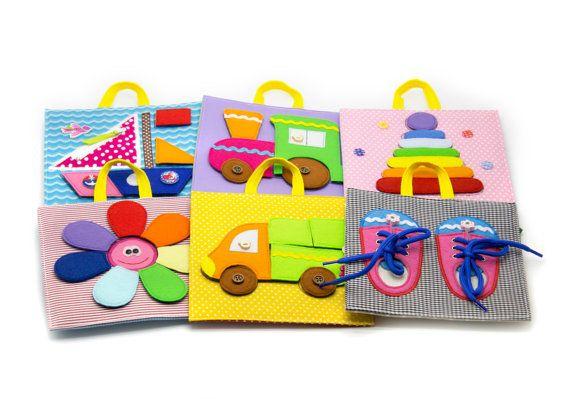 Développement de voyage Toy (ensemble de paneels, 12 pages) (12 m +) Incroyable jeu de développer paneels est un jouet de développement unique qui contient le rassemblement commode de six comprimés en développement de double-face pour le travail avec différents types de fermoirs : -Velcro -Boutons -Boutons -Lacets -Fermeture à glissière Ce jouet est parfait pour les familles avec enfants de plus dun ou deux parce quil permet à tous les enfants junior la même chose que les plus âgés à jouer…
