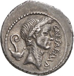 Denario - argento - Roma (44 a.C.) - CAESAR IMP Gaio Giulio Cesare con corona di spighe vs dx, dietro: un lituus e un culullus (tazza da cerimonia)