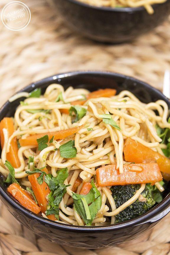 Chow main z kurczakiem i warzywami. Polecam http://ulubioneprzepisy.com/2014/02/26/chow-main-z-kurczakiem-i-warzywami/