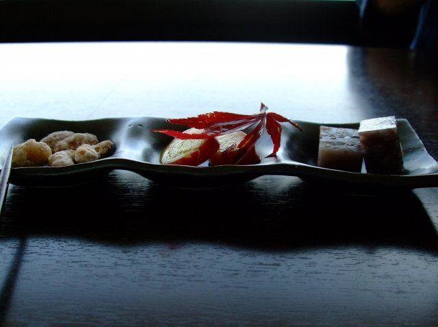 2月18日の得する人損する人ではサイゲン大介ことうしろシティの阿諏訪さんによる舟和の芋ようかん再現レシピが放送されました! 番組に登場した1度は真似してみたいレシピをご紹介します♪  今回は舟和の芋ようかん! 舟和は創業明治35年の老舗和菓子の名店です。 芋ようかんはそんな舟和の名物で、東京駅で買いたい和菓子のお土産ランキング1位&みんなの評判東京土産ランキング第3位に輝いたお菓子なんです! 今回はその芋ようかんをサイゲン大介さんが再現しちゃいます! さらに高級なさつまいもを使っているであろうところを1本100円のさつまいもで再現します。 舟和の芋ようかん再現レシピ 材料 8本分 さつまいも 750g 黒糖 12g 上白糖 93g 粉寒天 9g 水 200㏄ 塩 1g 作り方 1、さつまいもを輪切りにし、分厚めに皮をむく。 2、水から茹で、10~15分火を通し、1度ざるに上げる。 3、フードプロセッサーに移し、上白糖、塩、黒糖を加える。 ★黒糖が上品な甘さ&コクを再現するポイントになる! しっかりと撹拌する。 これを2回に分けて行う。…