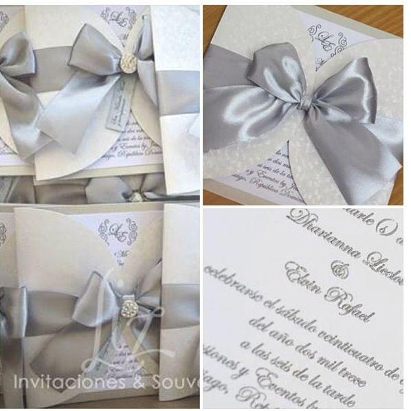 Invitacion boda en color plata y blanco, lazo en saten, texto en relieve.