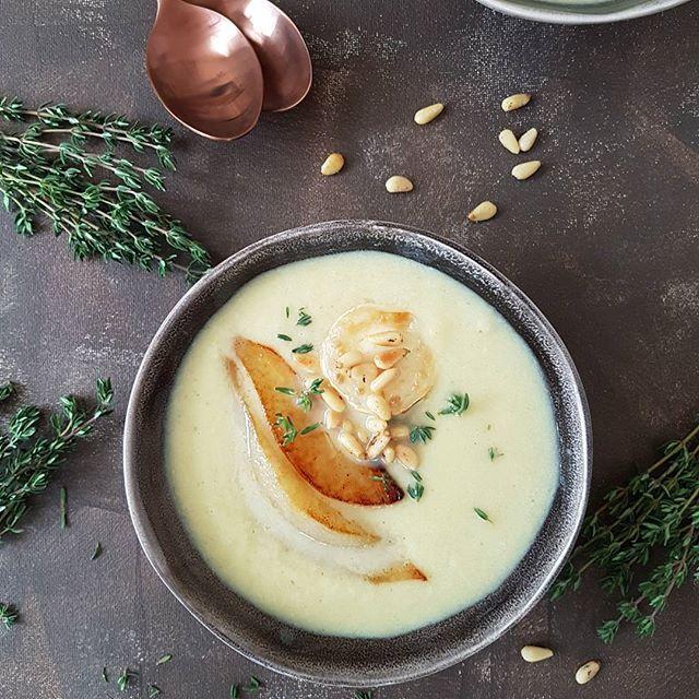 Es gibt eine neue Suppe auf dem Blog. Ein feines Lauchsüppchen mit karamellisierten Birnen und gratiniertem Ziegenkäse. Schmeckt so lecker wie sie hübsch ist. Irgendwie denke ich bei dieser Suppe schon an Weihnachten ... #rezepte #foodblog #foodblogger #abendessen #lecker #schmeckt #essen #mittagessen #kochen #suppe