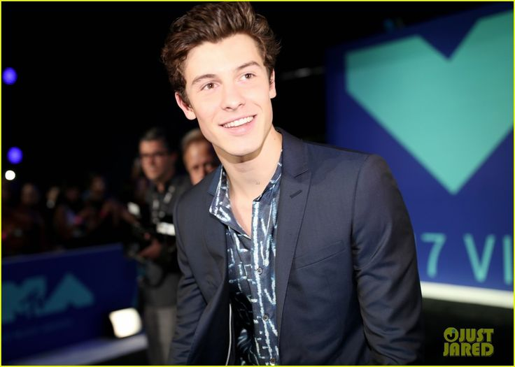 shawn mendes suits up for the 2017 mtv vmas 01