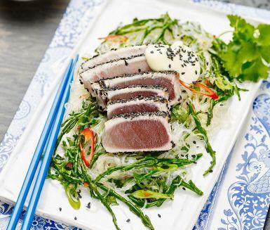 Hur låter vit tonfisk som är vänd i svarta sesamfrön och skuren i skivor? Till det serverar du alger frästa i olja och blandade med kokta glasnudlar, salladslök, chili och koriander. Förhöj smakupplevelsen med wasabimajonnäs.