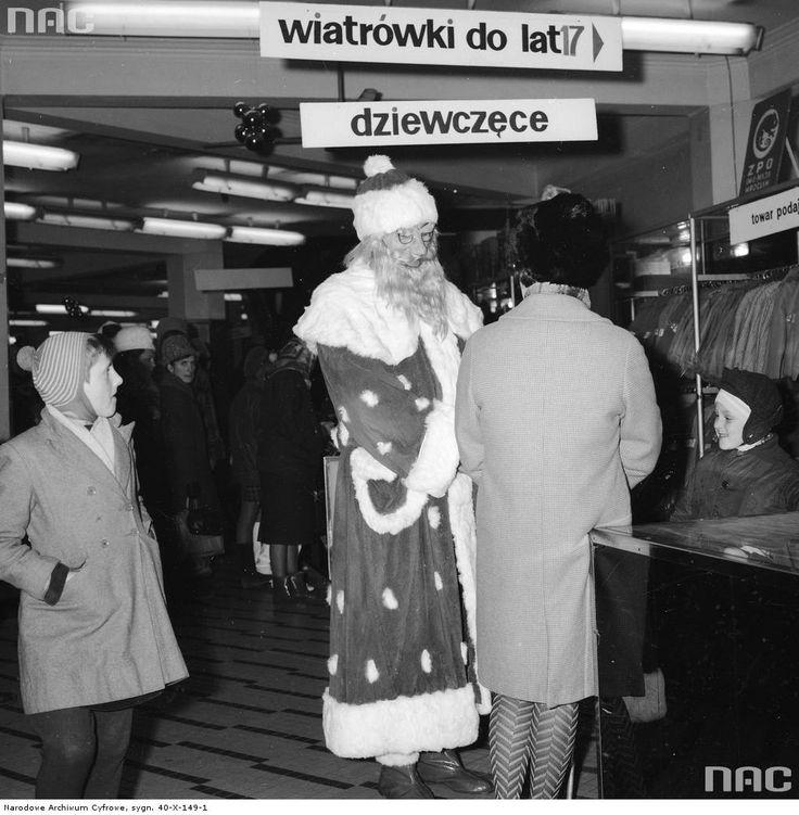 Mikołaj we wnętrzu domu towarowego.