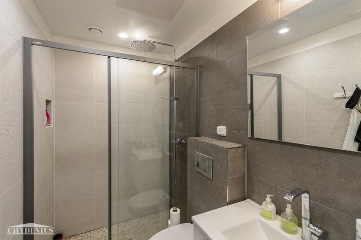 Kylpyhuoneessa on luonnonkivilattia