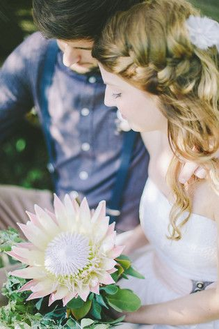 Brautstrauß mit Protea für eine rustikale Hochzeit im Herbst (www.noni-mode.de - Foto: Le Hai Linh)
