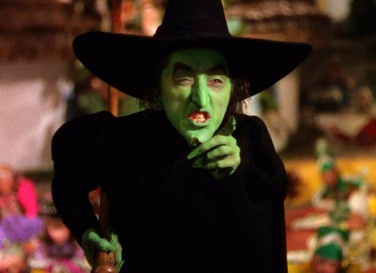 Las brujas les dieron una mala reputación - Antiguamente en Europa las brujas utilizaban su mano izquierda para lanzar hechizos y causar daño a las demás personas, Así que ellas comenzaron por darle una mala reputación a los zurdos.