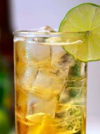 「マミーテイラー」はウィスキーにレモンジュースとジンジェールを加えた爽快なカクテル。
