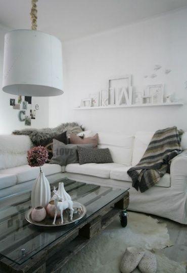 白を基調とした空間に、インテリア雑貨とカラーととてもマッチしたシャビーなテーブルです。