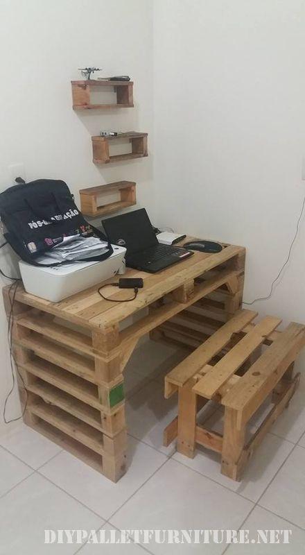 La idea es de Ariel Gielow y es un escritorio hecho con palets para utilizar el PC, además incluye un banco y unos estantes también hechos ...