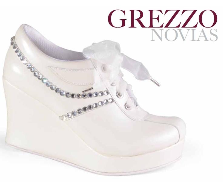 Si quieren disfrutar de principio a fin su boda, ¡usen zapatos altos durante la ceremonia y cámbienlos por unos tenis en la fiesta!