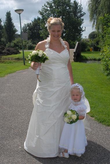 De ideale positie trouwjurk wordt op jouw maten aangepast, bijvoorbeeld door De Bruidshoek in Leiden.