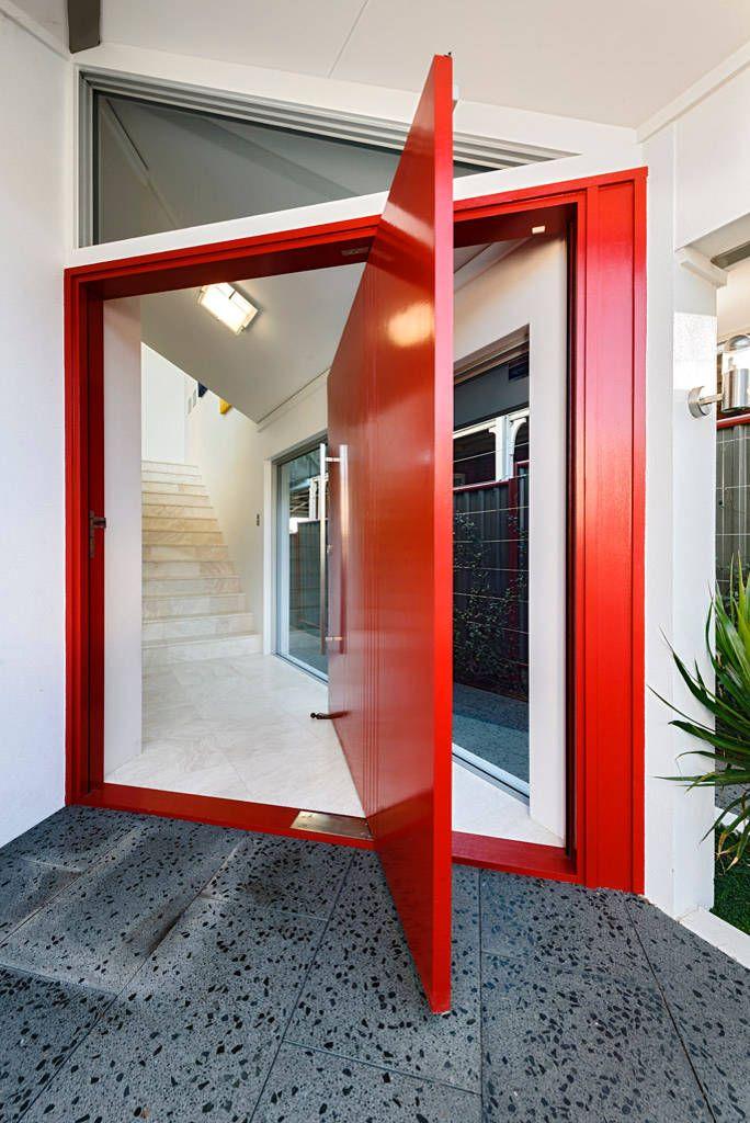 Доводчики для входных дверей: как определиться с выбором и все тонкости установки своими руками http://happymodern.ru/dovodchiki-dlya-vxodnyx-dverej/ Стильные красные двери частного дома с доводчиком