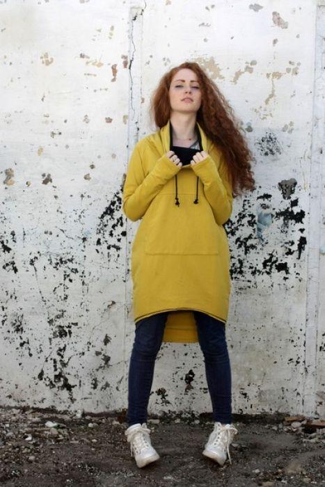 Oryginalna,długa bluza wykonana z wysokiej jakości dresowej dzianiny bawełnianej. Posiada komin i kieszonkę, ma dłuższy tył. Najnowszy fason! Należy prać w niskiej temperaturze do 40 stopni na lewej stronie.  (Kolor rzeczywisty może różnić się nieznacznie od przedstawionego na zdjęciu.)