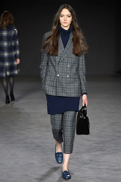 Take a look to DAKS Collections Fall Winter 2017-18collection: the fashion accessories and outfits seen on Londra runaways.