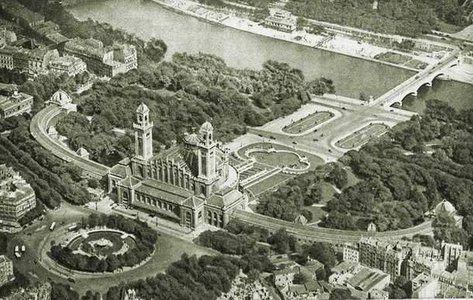 L'ancien Palais du Trocadéro - Paris 16e. Le palais du Trocadéro a été construit pour l'Exposition Universelle de 1878 par l'architecte Gabriel Davioud et a été également pour l'Exposition Universelle de 1889. Il a survécu jusqu'en 1937, date à laquelle on a construit l'actuel Palais de Chaillot pour l'Exposition Internationale des arts et techniques de 1937. Le Trocadéro tire son nom du fort de Cadix pris par les français en 1823 pour rétablir la monarchie absolue en Espagne.
