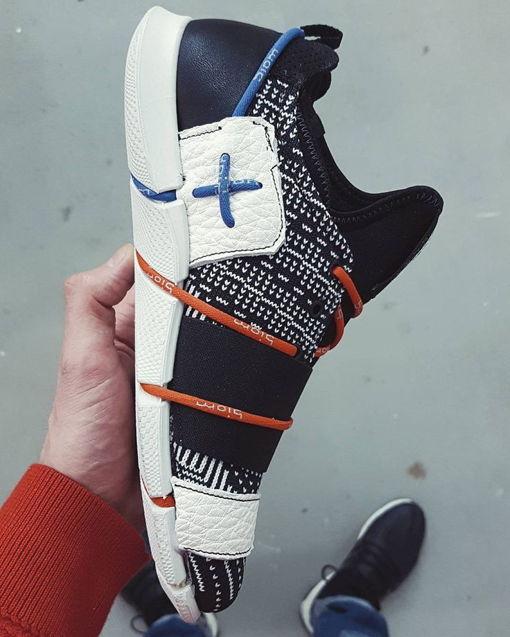 Here's a shot of the medial side. Now you can clearly see how the lacing