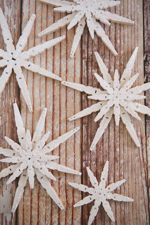 Glittered Clothespin Snowflakes: Let it snow with clothespin flakes that will sparkle in the light. Find more easy, rustic, and cool DIY Christmas craft ideas that can decorate your home this Christmas here.