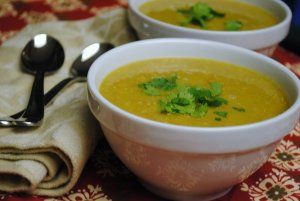 Recept online: Čočková polévka: Vydatná čočková polévka povařená ve vývaru, se zeleninou, česnekem a bylinkami