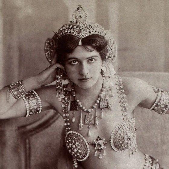 A dançarina e espiã Mata Hari, que foi assassinada em um fuzilamento durante a Primeira Guerra Mundial (Foto: Reprodução)